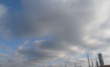 Wznoszący się balon na tle Kopalni Piast