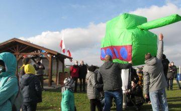 Napełnianie balonu w kształcie czołgu ogrzanym powietrzem