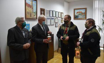 Harcmistrz Marian Miernik oraz Ewa Bohm przekazują Zarządowi Powiatu światełko pokoju