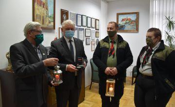 Starosta Bieruńsko-Lędziński Bernard Bednorz wraz z Członkiem Zarządu Jerzym Mantajem przyjmują światełko pokoju oraz medal Betlejemskiego Światła Pokoju 1991 - 2020