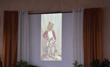 Film z uczestnikiem konkursu wyświetlony na ekranie przedstawiającymokno w pokoju