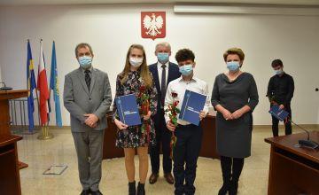 Stypendyści LO w Bieruniu wraz z dyrektorem, Starostą Bieruńsko-Lędzińskim oraz Przewodniczącą Rady Pwiatu