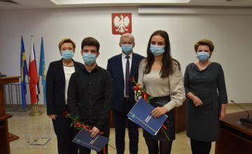 Stypendyści PZS w Bieruniu wraz z dyrektorką szkoły, Starostą Bieruńsko-Lędzińskim oraz Przewodniczącą Rady Pwiatu