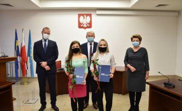Stypendyści PZS w Bieruniu wraz z dyrektorem szkoły, Starostą Bieruńsko-Lędzińskim oraz Przewodniczącą Rady Pwiatu