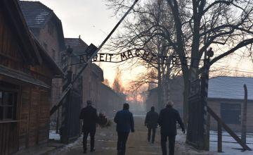 Uroczyste przejście pod ścianę śmierci w obozie koncentracyjnym w Oświęciumiu