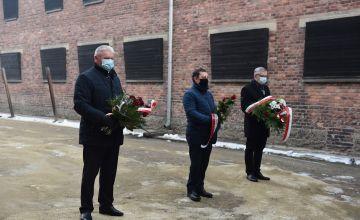 Starosta Bieruńsko-Lędziński z kwiatami pod ścianą śmierci
