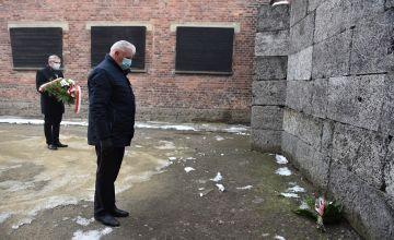 Starosta Bieruńko-Lędziński pod ścianą śmierci w oświęcimskim obozie