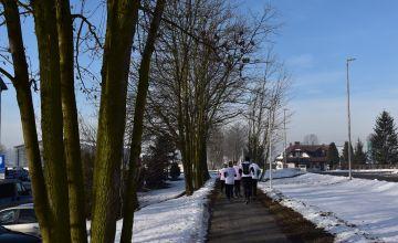 Oddalający się biegacze, pokonujący kolejny etap Biegu Pamięci