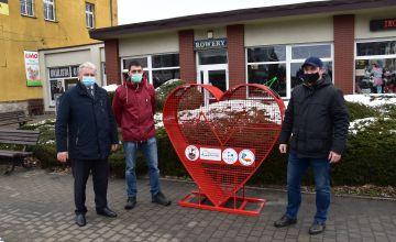 ul. Warszawska, Starosta Bieruńsko-Lędziński wraz z inicjatorami akcji przy koszu na nakrętki w kształcie serca
