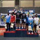 Zwycięzcy z medalami i pucharami