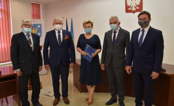 Teresa Horst - dyrektor Powiatowego Zespołu Szkół w Bieruniu wraz z Zarządem