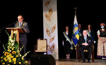 Burmistrz Miasta Imielin podczas przemówienia na scenie wraz z Laureatem