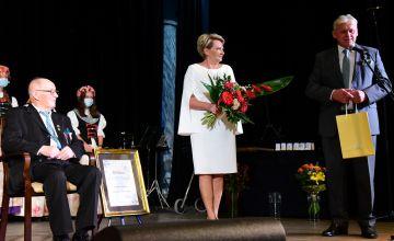 Przemawiający na scenie Starosta Bieruńsko-Lędziński wraz z Przewodniczącą Rady