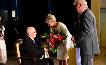 Anna Kubica wraz z Bernardem Bednorzem gratulują Laureatowi