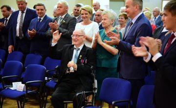 Uczestnicy sesji bijący brawo laureatowu