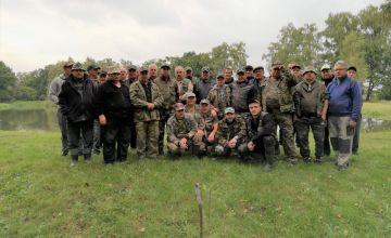 Wspólne pamiątkowe zdjęcie wszystkich uczestników zawodów wędkarskich